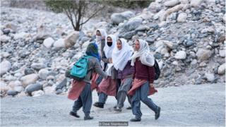 """尽管""""失去""""了以前的国家,但村民们仍然忠于自己的文化传统,现在他们接待来自世界各地的游客,开创新的人生。"""