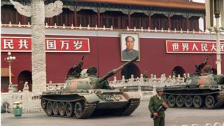 1989年6月9日的天安门广场,一名士兵站在坦克旁
