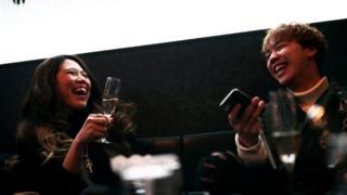Japanka koja pije šampanjac