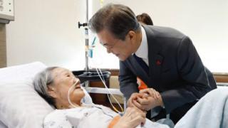 문 대통령은 4일 오전 '위안부' 피해자 김복동 할머니가 입원해 있는 서울 신촌 세브란스 병원을 찾았다