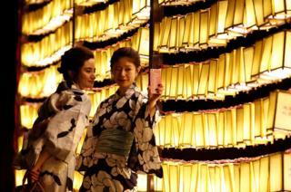 在東京的靖國神社,美女們穿者傳統浴衣自拍。 神社供奉著自明治維新時代以來為日本戰死的兩百多萬軍人及軍屬。