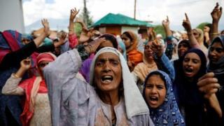 印控克什米爾首府斯利那加婦女兒童上街抗議印度政府取消克區自治地位。