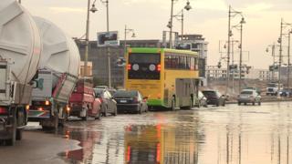 سيارات وسط برك من المياه في القاهرة
