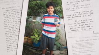 Cartas com uma foto de Timothy no centro