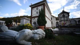 разрушенное землетрясением кладбище в коммуне Норча