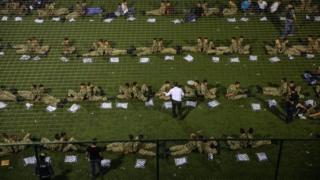 Gözaltınan alınan askerler