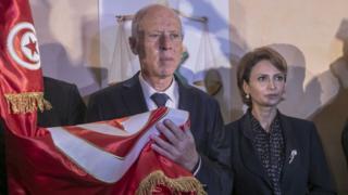 قيس سعيّد وزوجته إشراف شبيل بعد إعلان فوزه برئاسة تونس حسب النتائج الأولية