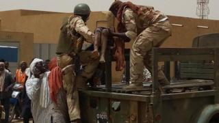 Un civil secouru par les militaires maliens après l'explosion de la voiture piégée dimanche à Gao.