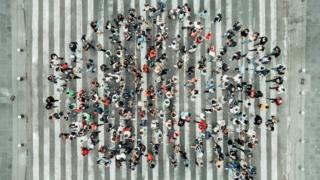 ljudi na pešačkom prelazu