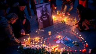 Varias personas recuerdan a Viktoria Marinova en Sofía.