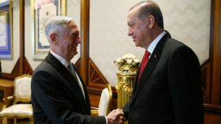 وزير الدفاع الأمريكي جيم ماتيس (يسار) خلال لقاء الرئيس التركي رجب طيب أردوغان