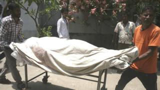 Medical assistants move a trolley with the body of activist Mahbub Tonoy at a hospital in Dhaka (26 April 2016)