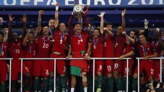 Ronaldo levanta el trofeo de campeón.