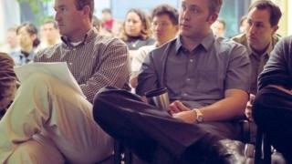 Homens assistem a palestra