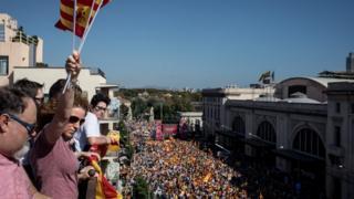 至少35万人在加泰隆尼亚首府巴塞隆那参加反对脱离西班牙独立游行。