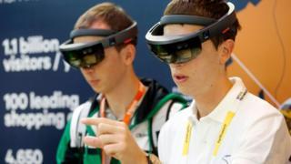 Dos jóenes con gafas de realidad aumentada