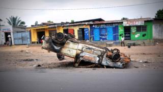 Une voiture incendiée à Kinshasa, le 22 janvier 2015 lors de manifestation contre le pouvoir du president Joseph Kabila.