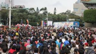 """现场许多人席地而坐,有许多异性恋的高中与大学生,认为时代已经不同了,不要再给同性族群""""异样眼光"""" (BBC Chinese)。"""