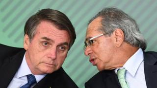 O presidente Jair Bolsonaro e o ministro da Economia, Paulo Guedes, durante cerimônia no Palácio do Planalto em 8 de abril de 2019