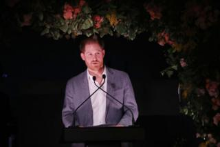 El príncipe Harry habla durante un evento para recoger fondos para Sentebale, una organización que trabaja con afectados por el VIH en el sur de África, el 19 de enero de 2020.