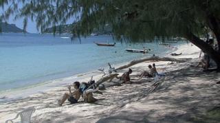 คนนั่งริมหาดบนเกาะเต่า
