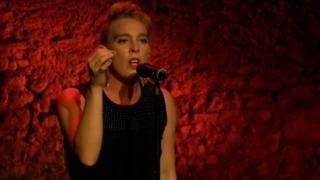 Barbara Weldens est décédée sur scène alors qu'elle donnait un concert à Goudron dans le sud-ouest de la France