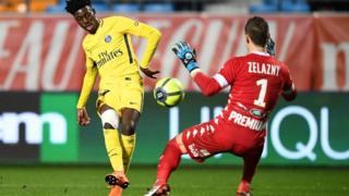 Timothy Weah, le fils de George Weah, face au gardien de Troyes samedi, en Ligue 1.