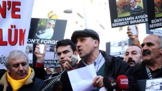 Journalist Ahmet Sik (C) speaks at a media rally for a kidnapped photojournalist, 5 Jan 14