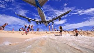Злітно-посадкові смуги аеропорту починається за 50 метрів від пляжу