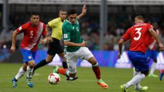 El mexicano Raul Jiménez lleva la pelota entre los costarricenses Johnny Acosta y Giancarlo Gonzalez.