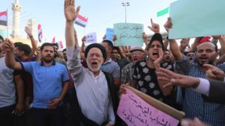 رفع متظاهرون في مدينة النجف شعارات تندد بالأحزاب الحاكمة