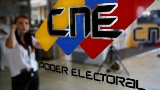 Una puerta con el logotipo del CNE