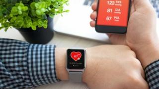 Relógio com aplicativo de saúde que mostra batimentos cardíacos