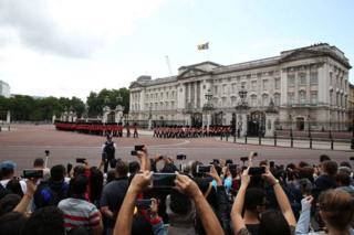 在特朗普抵达之前,公众在白金汉宫观看御林军换岗表演。