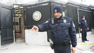 полицейские у посольства СШа в Турции