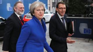 Ra'iisul wasaaraha Britain Theresa May iyo xoghayaha joogtada ah Britain ee arrimaha EU Tim Barrow oo gaaray magaalada Brussels
