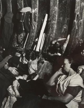 """Билл Брандт """"Станция метро в лондонском Ист-Энде"""" (1940)"""