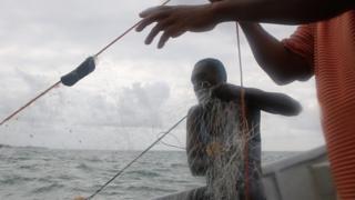 Wavuvi wakiendelesa na shughuli zao baharini