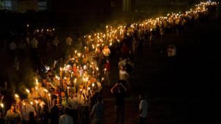 2017年8月,白人種族主義團體在弗州夏洛茨維爾的弗吉尼亞大學校園舉火把遊行示威。