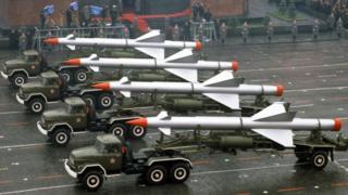صواريخ أرض- جو خلال استعراضٍ عسكريٍ شهده الميدان الأحمر في موسكو في الذكرى الخامسة والستين لثورة أكتوبر