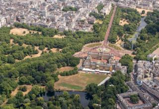 The grass in Buckingham Palace is seen scorched and yellow