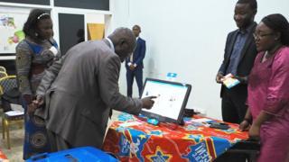 Umugabo arimo aragerageza imashini bashaka gukoresha mu mtaro yo muri Kongo