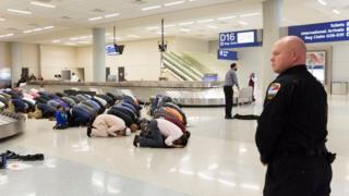 Muçulmanos rezaram em protestogather no aeroporto de Dallas, no Texas, em janeiro deste ano