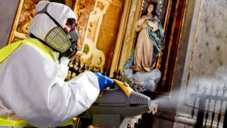 Une personne fumige une église à Naples, Italie, 06 mars 2020