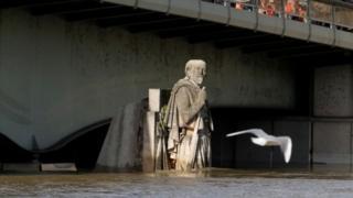 Zouave, la statue du soldat de Crimée, sur le Pont de l'Alma, est atteint à mi-cuisse.
