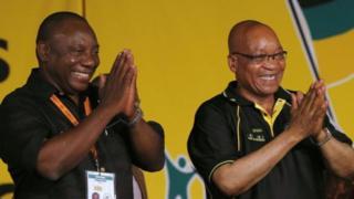 Ông Cyril Ramaphosa (trái) lên thay cho ông Jacob Zuma (phải) làm tổng thống CH Nam Phi