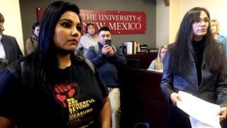 """La estudiante de la Universidad de Nuevo México, Luz Hilda Campos (izquierda), y la profesora de estudios chicanos de la misma universidad, Irene Vásquez, presentan el 18 de noviembre una un documento con miles de firmas con el que piden que el campus se vuelva un """"santuario"""" para migrantes."""
