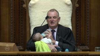 ニュージーランド議会の議長がベビーシッター
