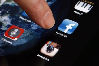 تحتوى الضريبة تطبيقات المراسلة والتواصل الاجتماعي من أمثال فيسبوك وواتسآب وفايبر وتويتر