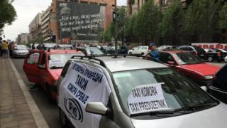 Taksi vozila blokiraju Nemanjinu ulicu ispred zgrade Vlade u Beogradu